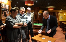Le magicien Xavier Nicolas fait des tours de cartes pendant un aperitif