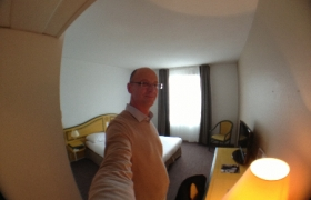 2012-10-11-06-une-petite-chambre-compte-tenu-du-prix