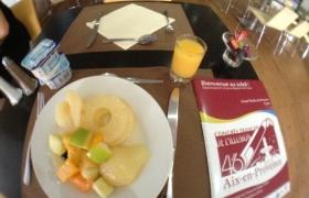 2012-10-12-05-petit-dejeuner-devant-le-programme-du-congres-ffap-2012