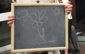 Un fleur avec un soleil et un nuage