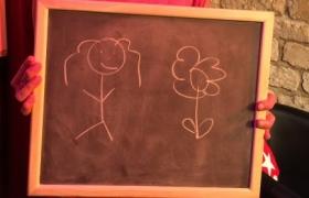 Une petite fille et une fleur