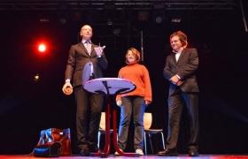 pique-sous-les-gobelets-par-xavier-nicolas-magiciens-dor-2012-michel-deschamps-12