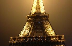 la-tour-eiffel-apres-une-soiree-au-shangri-la-hotel
